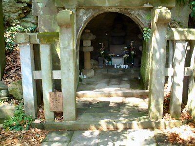 大江広元・毛利季光・島津忠久の墓 源頼朝の墓から東に少し歩くと存在。大... 武家の古都鎌倉の寺