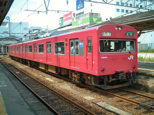 播但線の103系はスーパー改造と同じ改造工事を受けたため、車内は新車のようです。 (写真:姫路駅/撮影:裏辺金好)