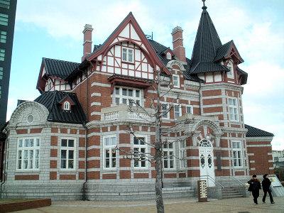 1902(明治35)年、ロシア帝国が中国の大連市に建てたドイツ風建築物を、北九州市・大連市友好都市締結15周年を記念して複製建築したもの。