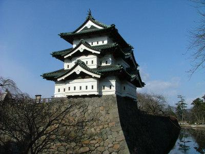 弘前城(青森県/平城) 一方、そもそも城を完全に平地に造ったのを平城といいます。広島県の広島城や