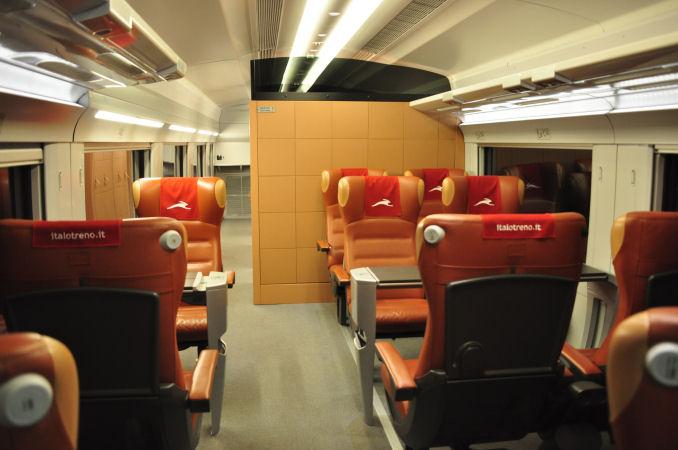ちなみに1等車のさらに上位クラスの座席も少数ありまして、奥には個室まで... 水の都・ヴェネツィ